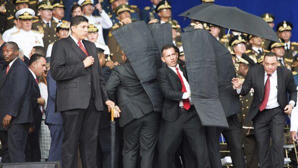 Personal de seguridad rodea al presidente de Venezuela, Nicolás Maduro, durante un incidente mientras daba un discurso en Caracas - Sputnik Mundo