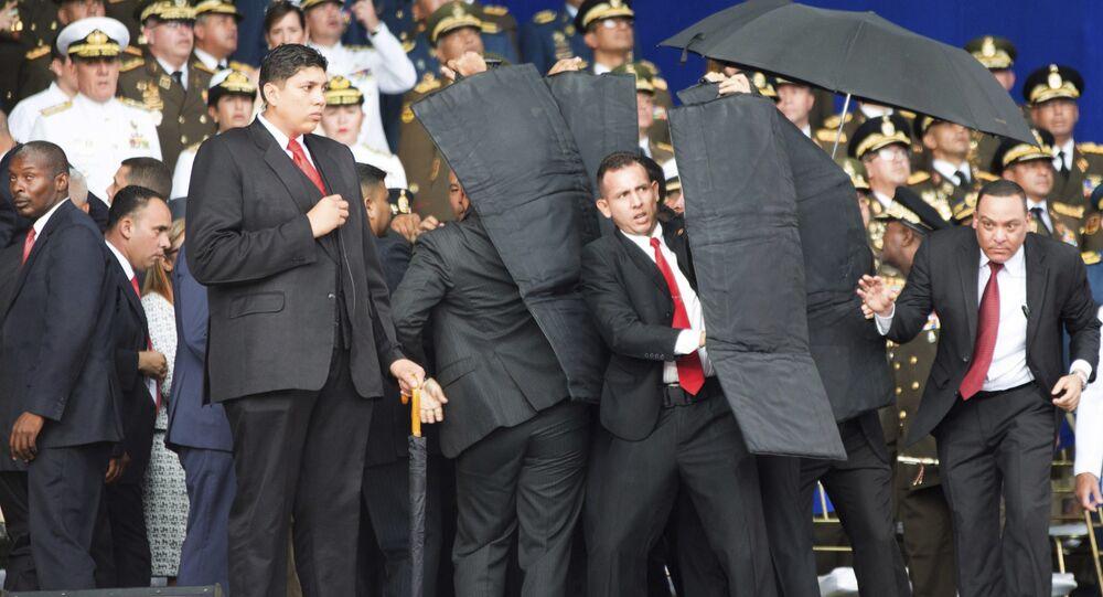 Personal de seguridad rodea al presidente de Venezuela, Nicolás Maduro, durante un incidente mientras daba un discurso en Caracas