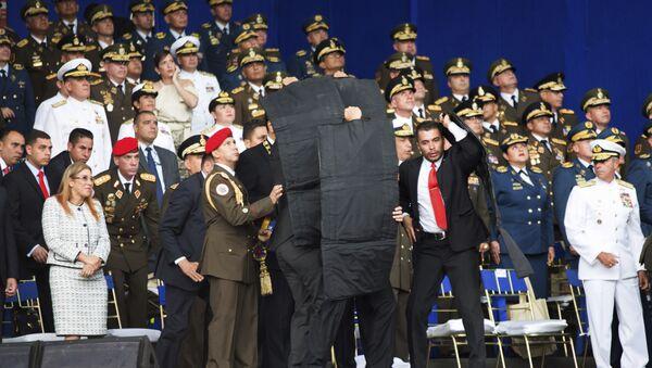 Personal de seguridad rodea a Nicolás Maduro durante un incidente mientras daba un discurso en Caracas - Sputnik Mundo