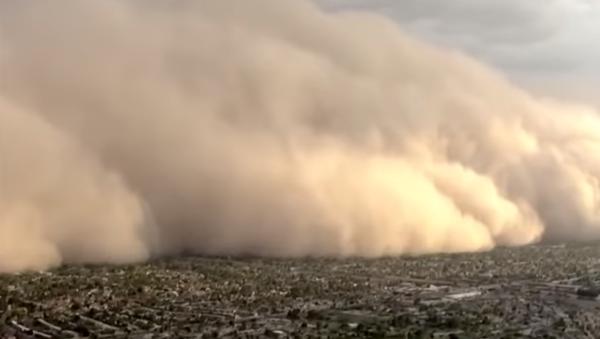 Una terrorífica tormenta de polvo azota la ciudad estadounidense de Phoenix - Sputnik Mundo