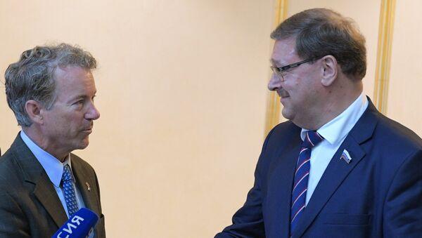 El senador republicano estadounidense Rand Paul durante la reunión con el jefe del Comité de Asuntos Internacionales de la Cámara Alta rusa, Konstantín Kosachov - Sputnik Mundo