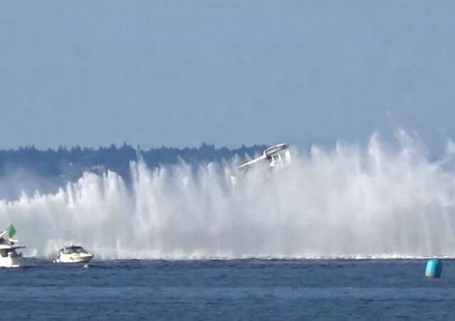 Un hidroplano vuelca como un juguete en plena competición