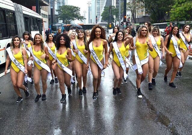 Las candidatas a Miss BumBum 2018 corren por la principal avenida de Sao Paulo
