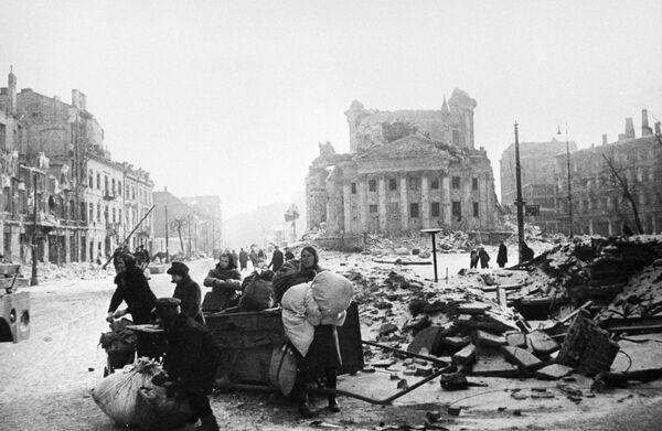 La ciudad de Varsovia fue destruida en un 84% durante la Segunda Guerra Mundial. Casi toda la ciudad histórica fue borrada por los bombardeos. En la foto: los habitantes de Varsovia después de la liberación de la ciudad de la ocupación nazi por las tropas soviéticas en 1945. - Sputnik Mundo