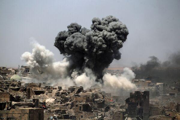 La ciudad de Mosul (actual Irak) es una de las urbes más antiguas de la región mesopotámica. Durante los combates con los grupos terroristas del autodenominado Estado Islámico fueron totalmente destruidas 15 de las 53 zonas residenciales y muchos edificios de valor histórico, como la Gran mezquita de al Nuri o la tumba del profeta del antiguo testamento Jonás. En la foto: un bombardeos estadounidenses sobre la ciudad de Mosul, julio de 2017. - Sputnik Mundo