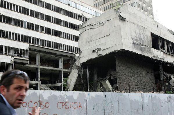 Durante los bombardeos de Yugoslavia por las fuerzas de la OTAN en 1999, fueron destruidos muchos centros industriales en las ciudades serbias, incluida Belgrado. En la foto: uno de los edificios destruidos por la OTAN en Belgrado. - Sputnik Mundo