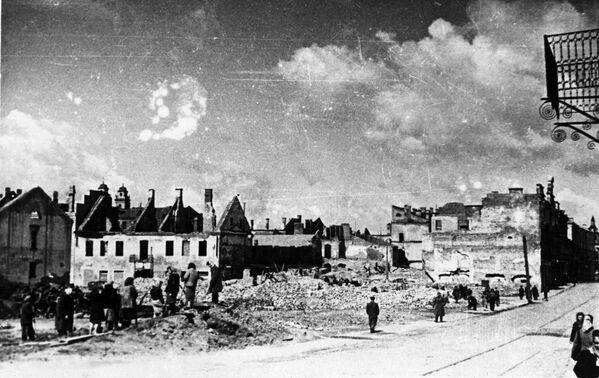La ciudad de Minsk perdió el 89% de sus edificios durante los combates de la Segunda Guerra Mundial. Al momento en el que las tropas soviéticas entraron en la ciudad en el centro de la capital de Bielorrusia solo quedaban 70 edificaciones en pie. En la foto: la ciudad de Minsk en 1944. - Sputnik Mundo