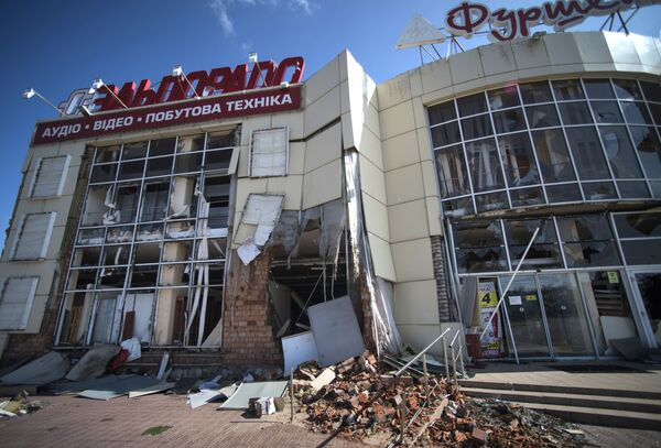 Durante la llamada operación antiterrorista en el sudeste de Ucrania, centenares de edificios fueron dañados por los bombardeos de artillería y de la aviación en las regiones de Lugansk y Donetsk. En la foto: las consecuencias del bombardeo de Lugansk por la artillería ucraniana, julio de 2014. - Sputnik Mundo