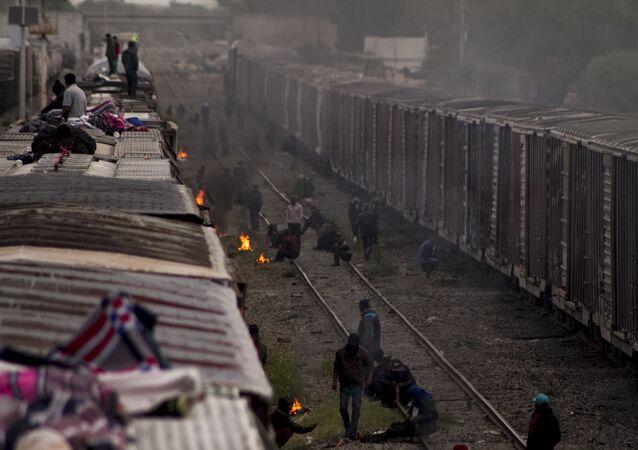 Migrantes esperan la salida de La Bestia en México