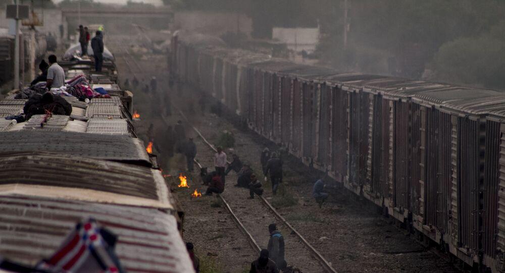 Migrantes esperan la salida de La Bestia en México (archivo)