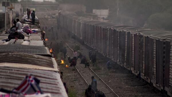 Migrantes esperan la salida de La Bestia en México - Sputnik Mundo
