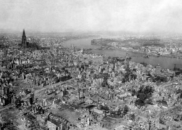 La noche del 30 al 31 de mayo de 1942 la Real Fuerza Aérea británica realizó un bombardeo masivo de la ciudad alemana de Colonia, conocido como Operación Millenium. En la incursión aérea participaron más de 1.000 aeronaves. En total, durante la Segunda Guerra Mundial, la ciudad fue bombardeada 262 veces. En la foto: una patrulla estadounidense camina por la ciudad en marzo de 1945. - Sputnik Mundo