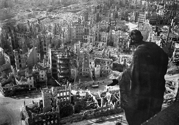 A finales de la Segunda Guerra Mundial, cuando faltaban tres meses para la capitulación de la Alemania nazi, la ciudad de Dresde fue blanco de masivos bombardeos de saturación de la Real Fuerza Aérea británica y la Fuerza Aérea de EEUU. Más de 1.000 bombarderos arrojaron sobre la capital de Sajonia unas 4.000 toneladas de bombas altamente explosivas y dispositivos incendiarios, provocando la destrucción del centro histórico de la ciudad y la muerte masiva de civiles. En la foto: la ciudad de Dresde (Alemania) a finales de 1945. - Sputnik Mundo