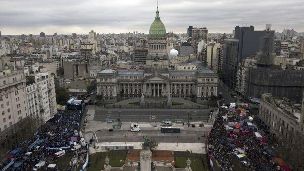 Miles de personas a favor y en contra el aborto toman las calles en Argentina - Sputnik Mundo