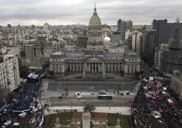 Miles de personas a favor y en contra el aborto toman las calles en Argentina