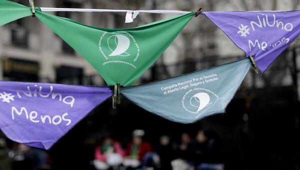 Pañuelos en apoyo de la legalización del aborto cuelgan fuera del Congreso argentino en Buenos Aires - Sputnik Mundo