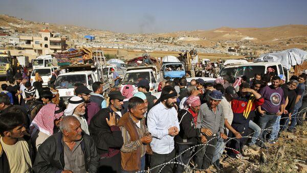 Refugiados sirios se disponen a cruzar la frontera libanesa cerca del pueblo de Arsal, para regresar a sus hogares en Siria, 28 de junio de 2018 - Sputnik Mundo