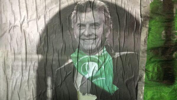 Afiche alterado del presidente Mauricio Macri con un pañuelo verde, símbolo de la lucha por la despenalización del aborto - Sputnik Mundo