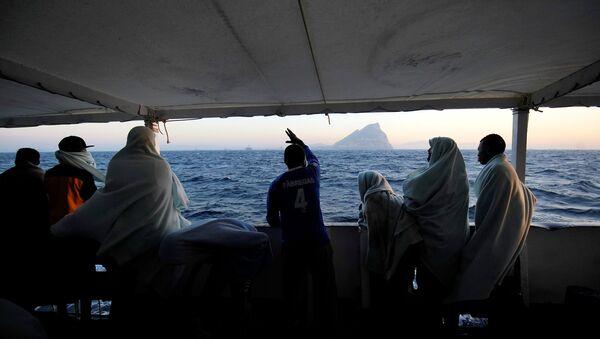 Los migrantes en el barco de la ONG Open Arms en Mediterráneo - Sputnik Mundo