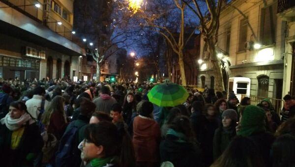 Manifestantes a favor del aborto legal, seguro y gratuito enfrente a la embajada de Argentina en Montevideo. - Sputnik Mundo