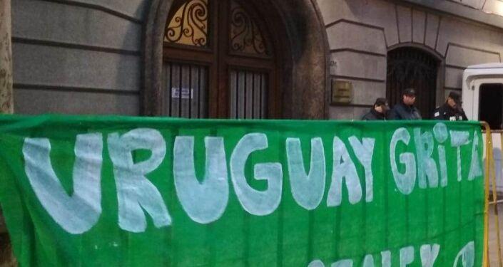 Cartel que colocaron mujeres uruguayas en la embajada Argentina en Montevideo durante la manifestación a favor del aborto legal, seguro y gratuito.