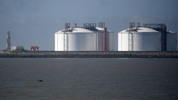 Tanques de almacenamiento de GNL en un puerto chino - Sputnik Mundo