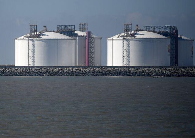 Tanques de almacenamiento de GNL en un puerto chino