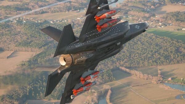 F-35 con armamento en pilones exteriores - Sputnik Mundo