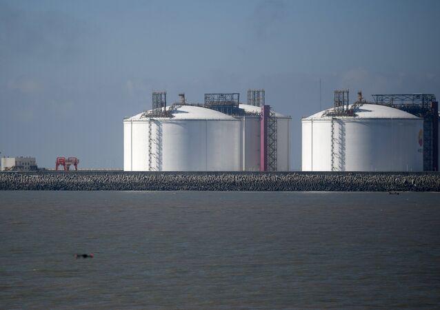 Los depósitos del gas natural licuado (archivo)