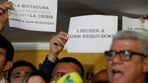 Opositores venezolanos protestan contra la detención del diputado Juan Requesens - Sputnik Mundo