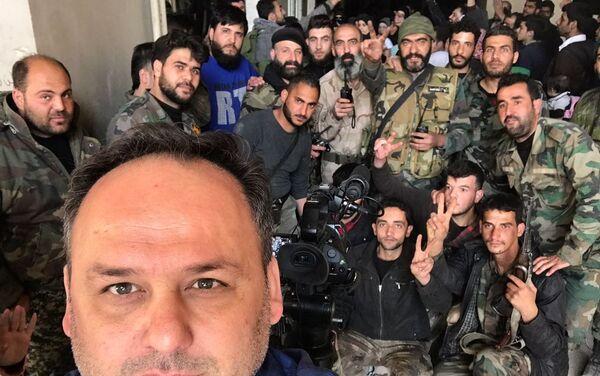 Sebastián Salgado con militares sirios - Sputnik Mundo