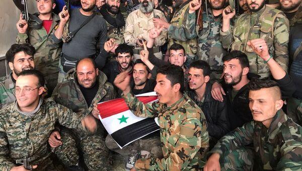 Soldados del Ejército Sirio festejan Victoria en Guta - Sputnik Mundo