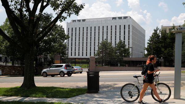 Una mujer empuja su bicicleta frente la Embajada de Rusia en Washington, EEUU, el 6 de agosto de 2018 - Sputnik Mundo