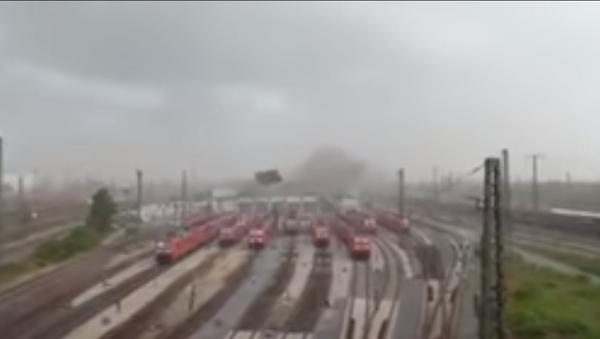 Un huracán arranca un techo y lo lanza sobre los trenes en Alemania - Sputnik Mundo