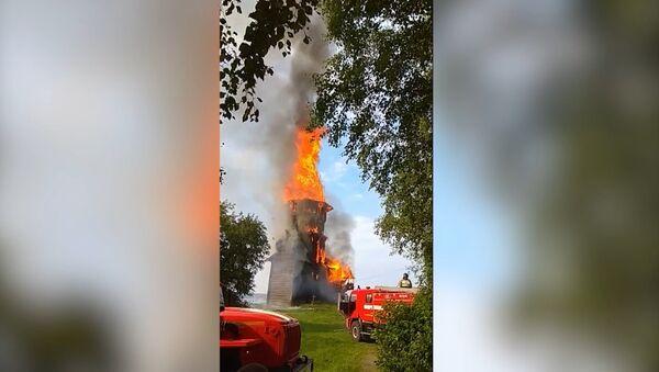 El fuego reduce a cenizas una iglesia rusa del siglo XVIII - Sputnik Mundo