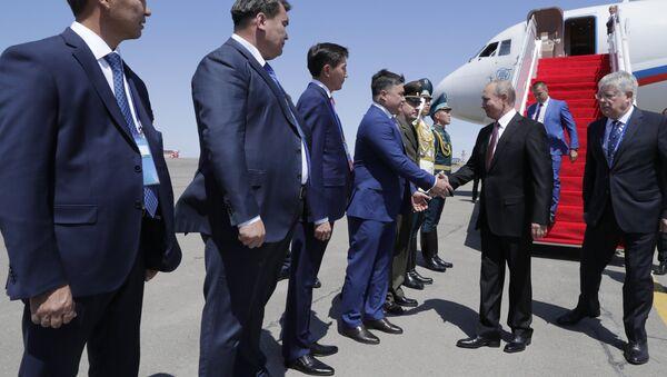 El presidente de Rusia, Vladímir Putin, en el aeropuerto de Aktau - Sputnik Mundo