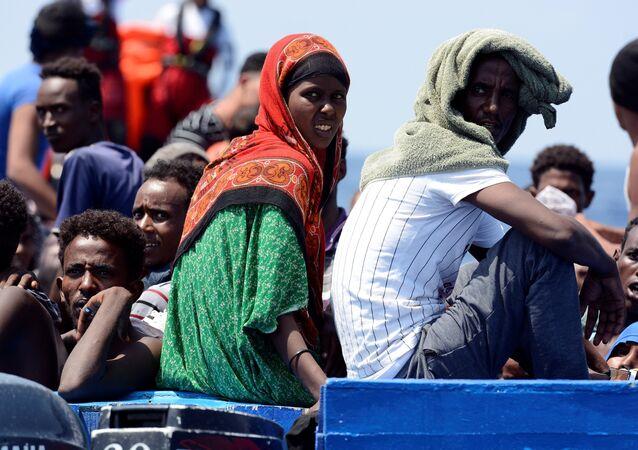 Migrantes a bordo de un bote