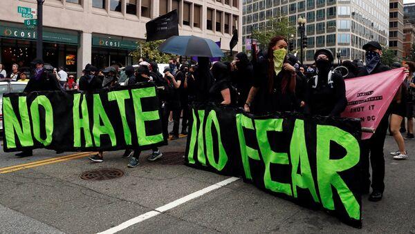 Protesta contra una marcha de supremacistas en Washington - Sputnik Mundo