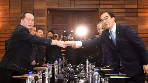 Cho Myoung-gyon, ministro de Unificación de Corea del sur, y Ri Son-gwon, presidente del Comité de Reunificación Pacífica de la Patria de Corea del Norte - Sputnik Mundo