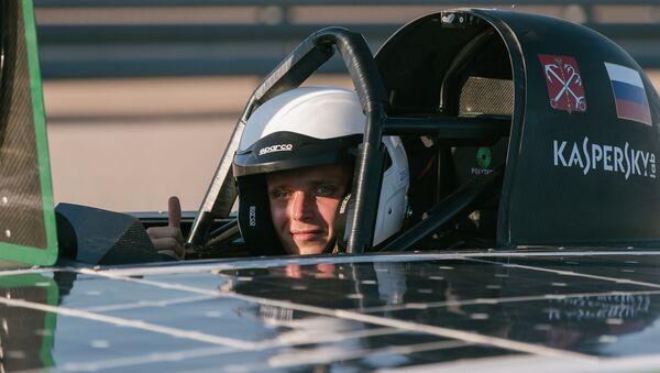 Piloto del automóvil SOL - Sputnik Mundo