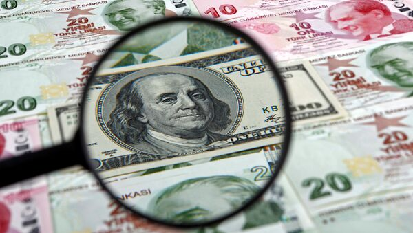Un dólar estadounidense y liras turcas - Sputnik Mundo