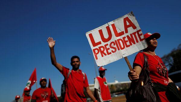 Miles de simpatizantes del expresidente brasileño Lula da Silva participan de la Marcha Lula Libre en Brasilia - Sputnik Mundo