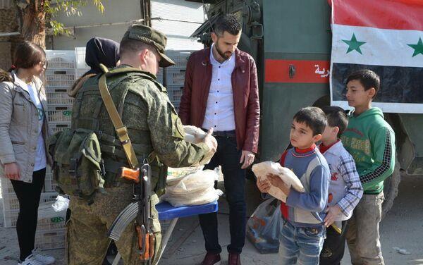 Entrega del pan enviado por la Fundación Pública Local Ajmat Kadírov a Alepo - Sputnik Mundo