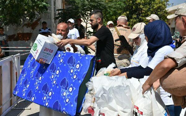 Aparte de comida, ropa, medicinas, mantas y colchones a los habitantes de Alepo también se les presta ayuda financiera - Sputnik Mundo