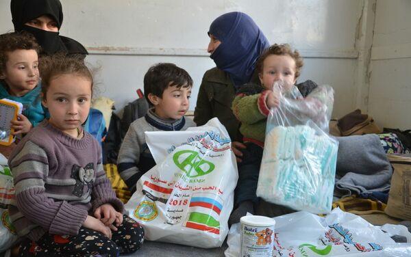 Además de la comida, las bolsas entregadas a los habitantes de Alepo también contienen medicinas, ropa y mantas - Sputnik Mundo