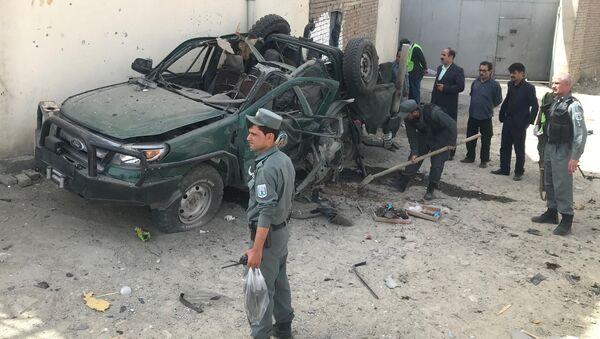 Los policías inspeccionan un vehículo después de una explosión, Afganistán - Sputnik Mundo