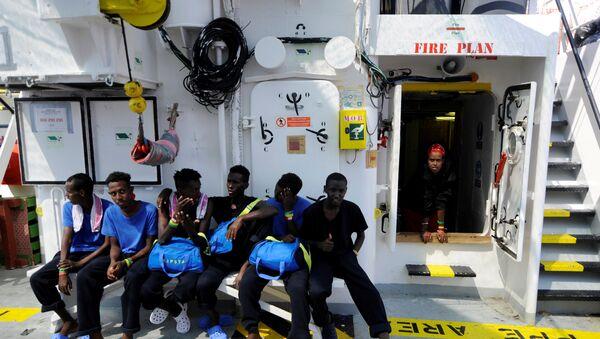 Los migrantes son vistos a bordo del Aquarius, en el Mar Mediterráneo - Sputnik Mundo