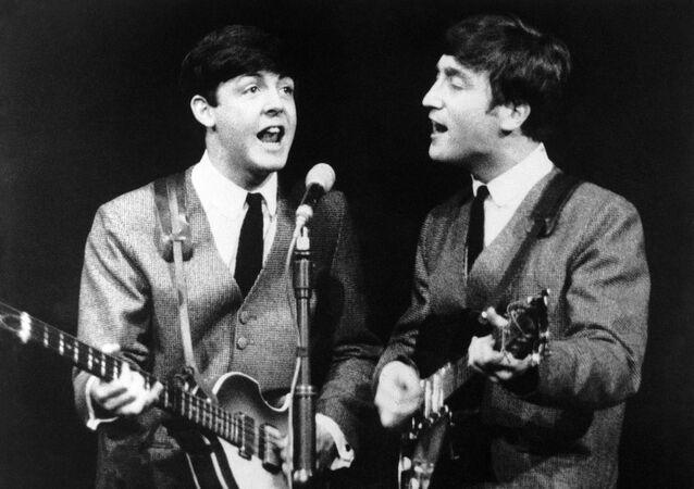 Paul McCartney y John Lennon, miembros del grupo pop The Beatles, durante un concierto en Londres el 11 de noviembre de 1963