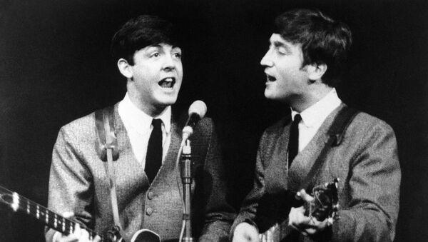 Paul McCartney y John Lennon, miembros del grupo pop The Beatles, durante un concierto en Londres el 11 de noviembre de 1963  - Sputnik Mundo