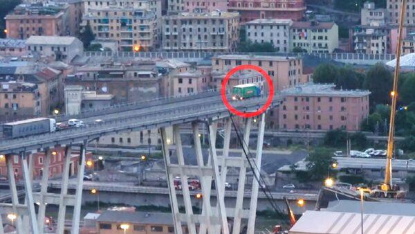 Un camión queda al borde del puente colapsado en Italia - Sputnik Mundo